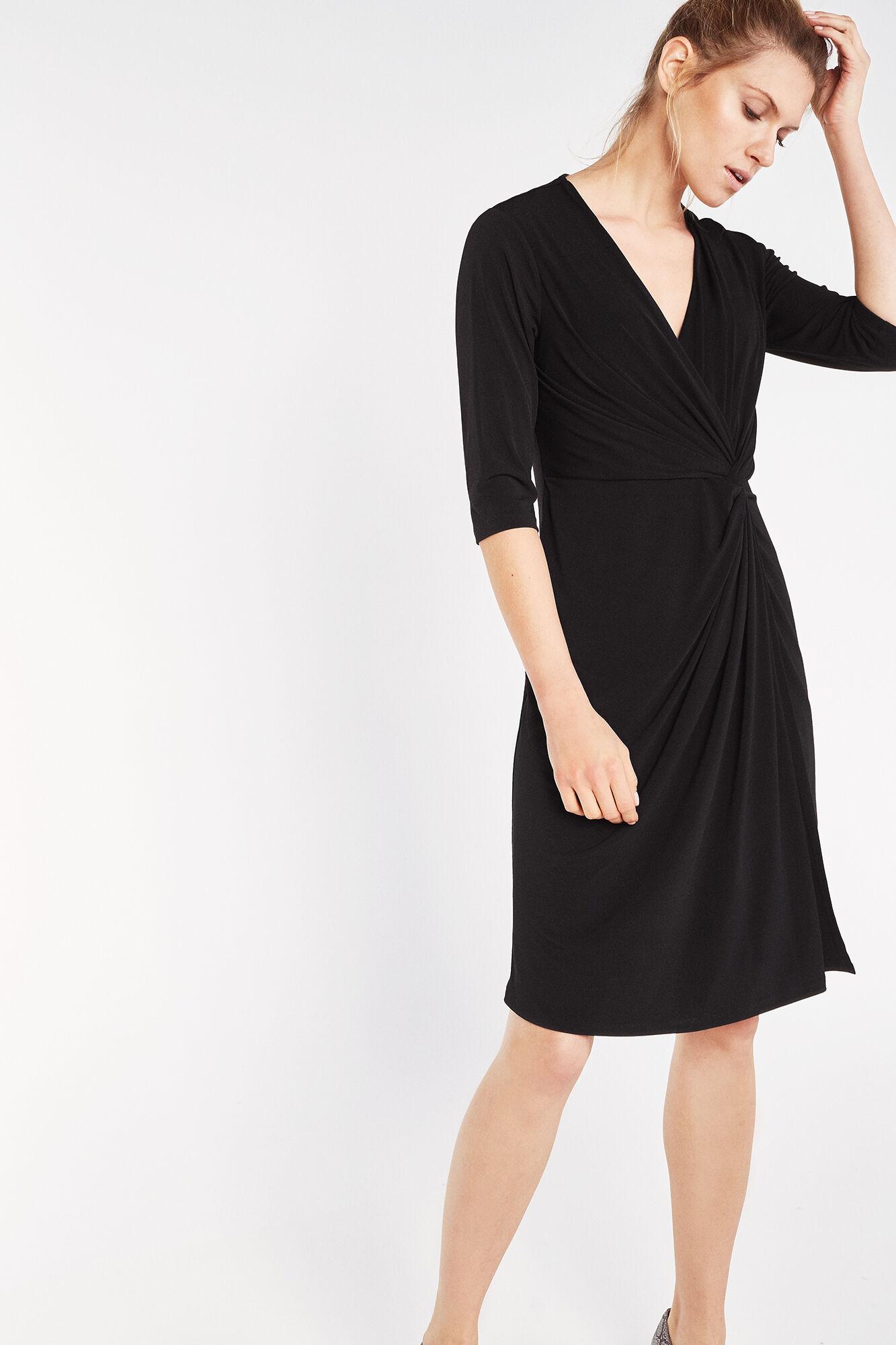 Vestido negro con escote delantero