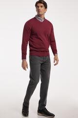 Conjunto jersey cuello pico, camisa cuadros y pantalón denim PdH