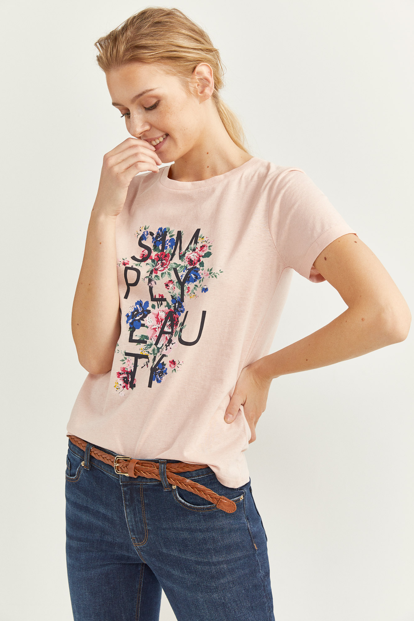 Camiseta Gráfica Texto y Flor